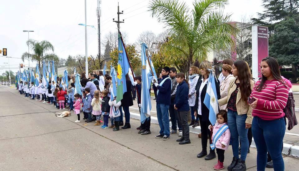 En horas de la mañana de este jueves se realizó la celebración del 207º aniversario de la Revolución de Mayo con un acto protocolar, seguido de desfile cívico-militar.