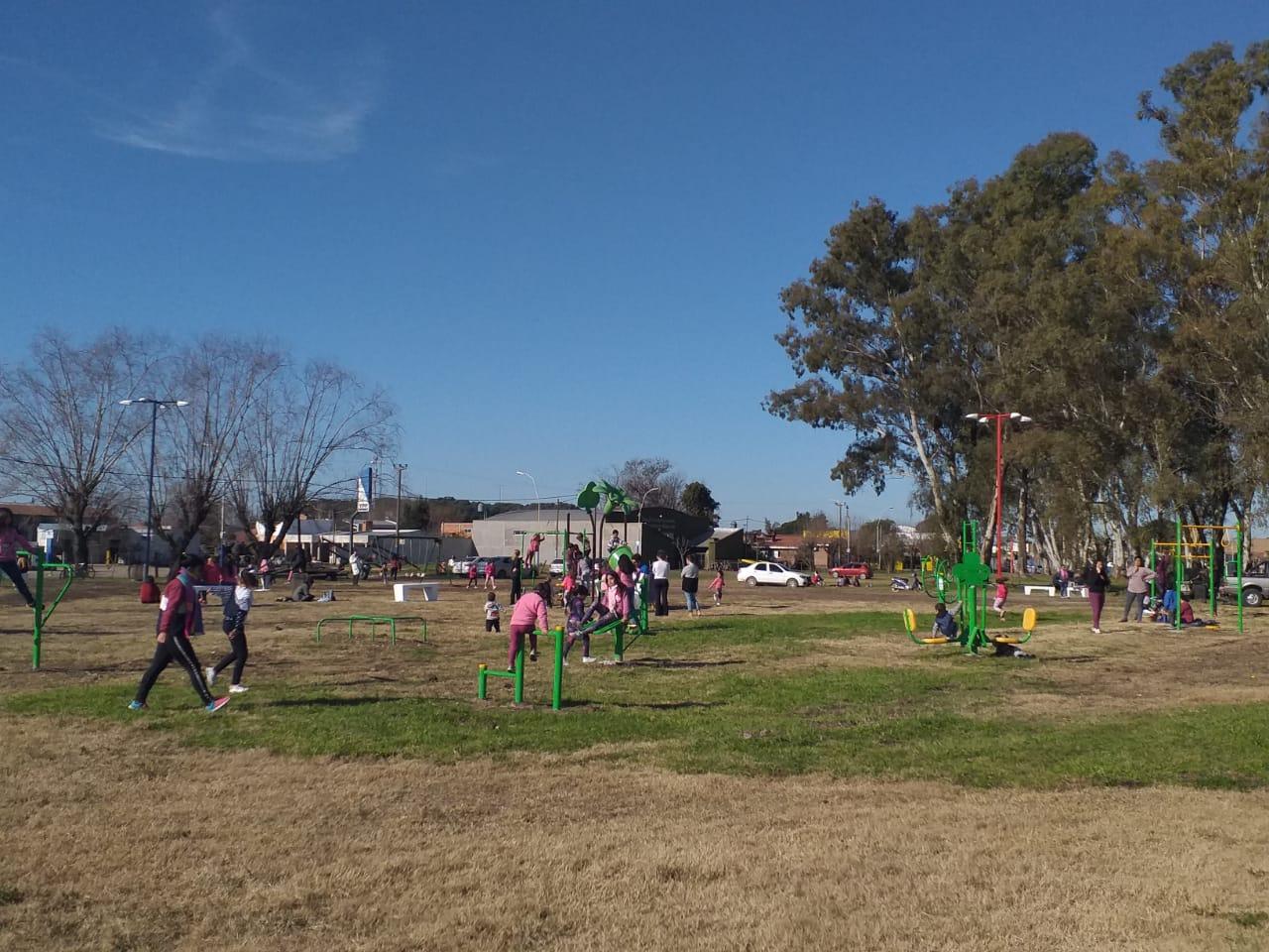 La Delegación de Pérez Millán recicló terrenos sobre la estación de trenes y los convirtió en un nuevo espacio verde. Ahora los vecinos de esa localidad podrán disfrutar de una nueva plaza.