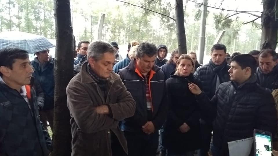 La concejal Maira Ricciardelli, de 1 País estuvo presente este miércoles junto a los trabajadores de Bunge que acampaban en el ingreso a la planta en reclamo por los 84 despidos.