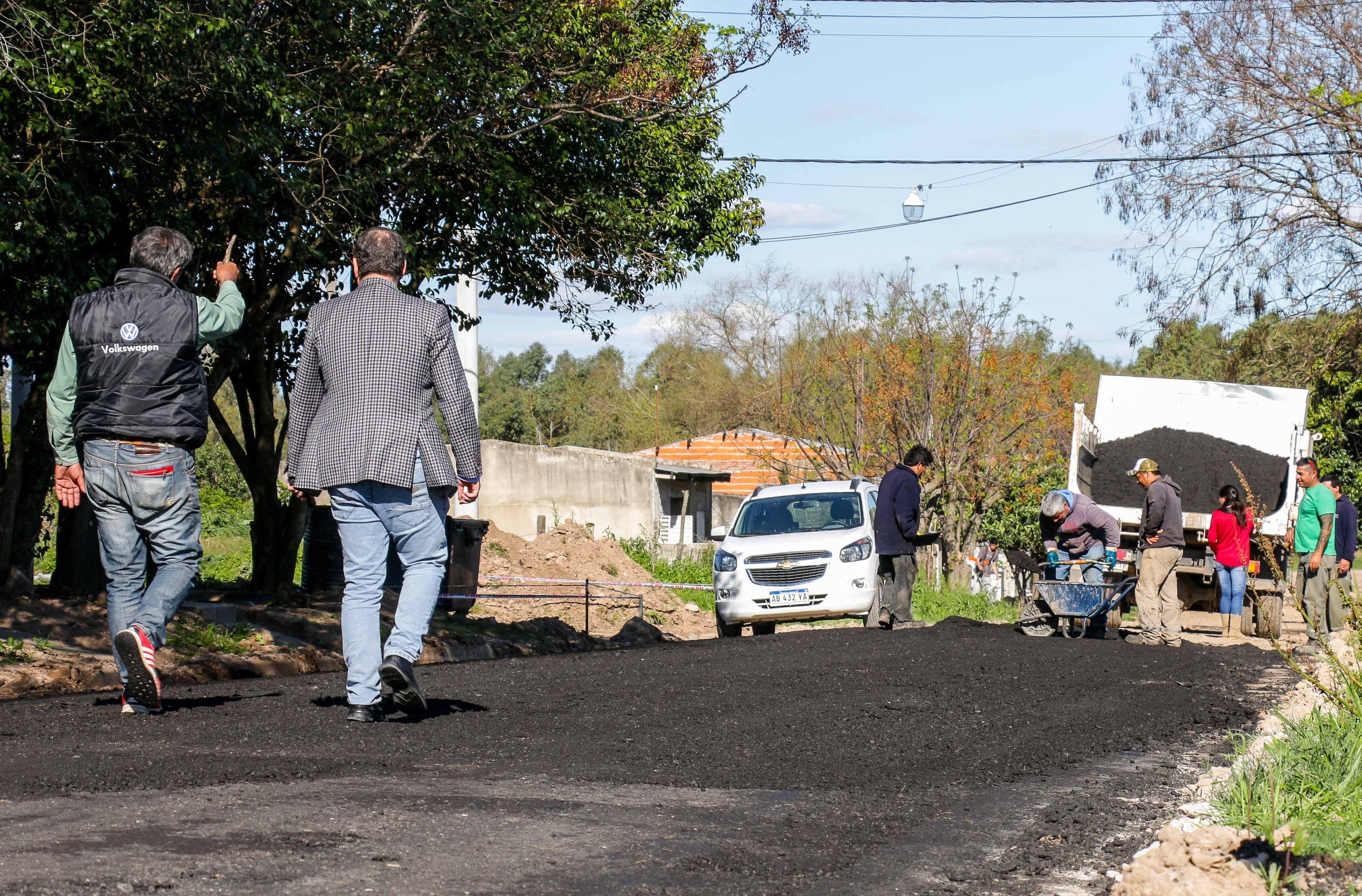 EI intendente Mauro David Poletti estuvo recorriendo las calles del Barrio Avellaneda observando todo el trabajo que se está realizando en relación a la obra de asfalto.