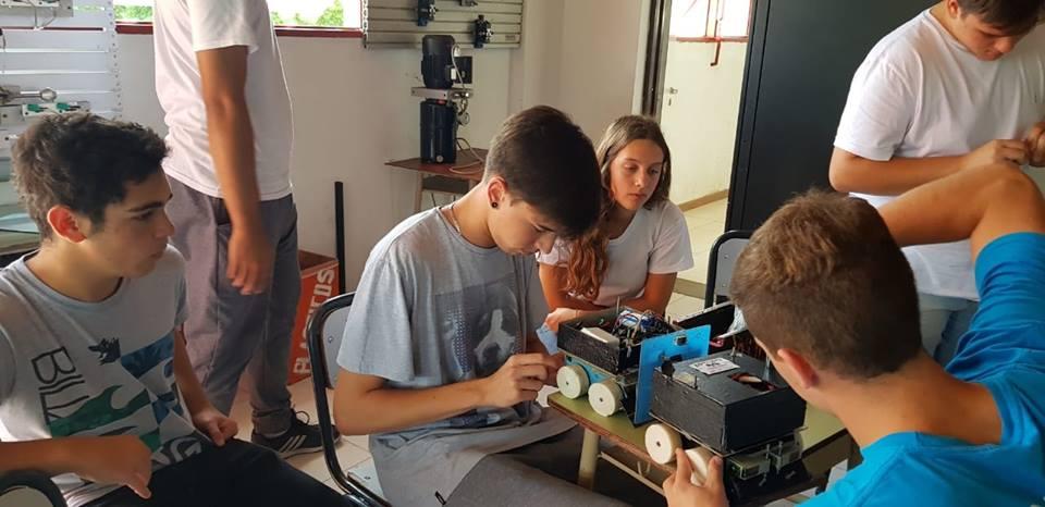 """La Escuela Técnica Nº 1 participó de la XVI Competencia Internacional de Robótica el pasado 10 de noviembre en la ciudad de Bahía Blanca. Participaron junto a ciudades de todo el país y el robot """"Arturo"""" obtuvo muy buenos resultados."""