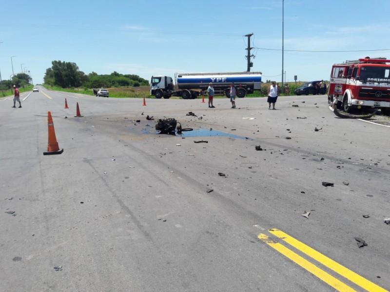 Este sábado 29 de diciembre se produjo un trágico accidente en Ruta 51 y el cruce con el acceso a La Violeta. Allí chocaron una camioneta utilitaria y un auto. Producto del impacto, dos menores perdieron la vida, mientras que otras tres personas resultaron con heridas graves.