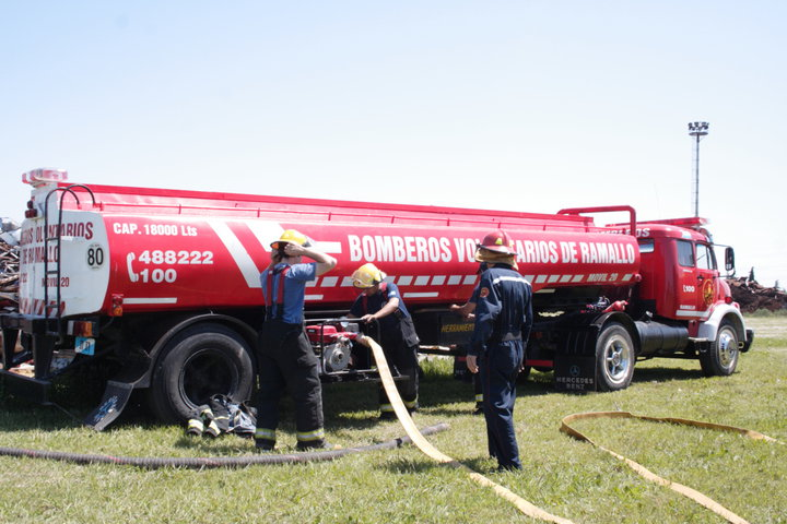 Personal de Bomberos Voluntarios acudió al alerta de incendio en la Planta Fiplasto. Según informaron, un elevador causó el inicio de las llamas.