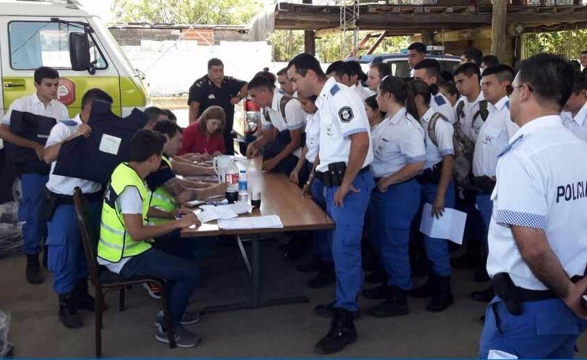 Luego de un año de reclamos al Gobierno provincial, finalmente el Ministerio de Seguridad pudo entregar los chalecos antibalas a todo el plantel de la Policía Local.