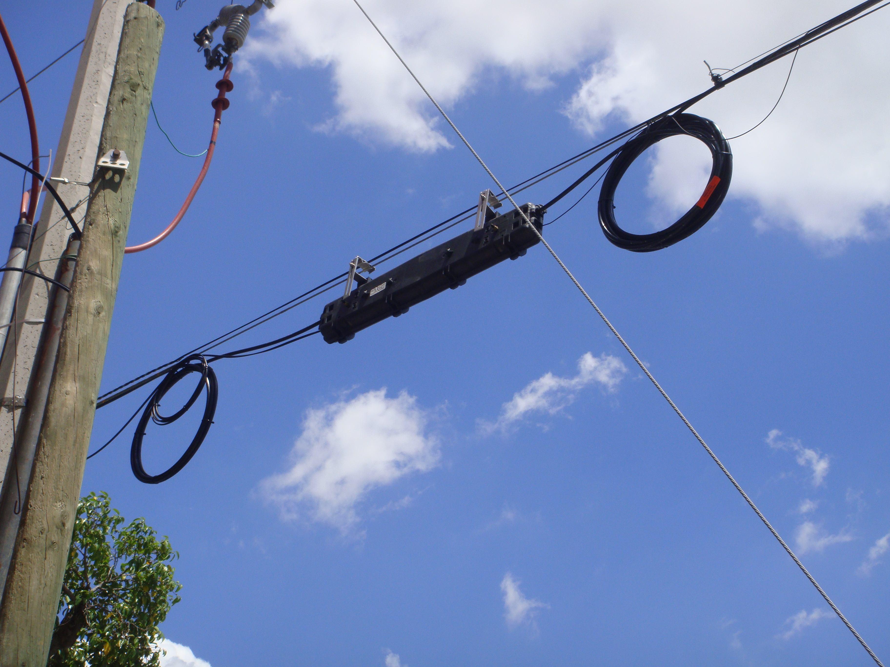 La empresa Cablevisión-Fibertel informó que el servicio de televisión por cable y de internet está cortado por el robo y daño que sufriera el tendido de fibra óptica, en un tramo cerca de la localidad de Villa General Savio.