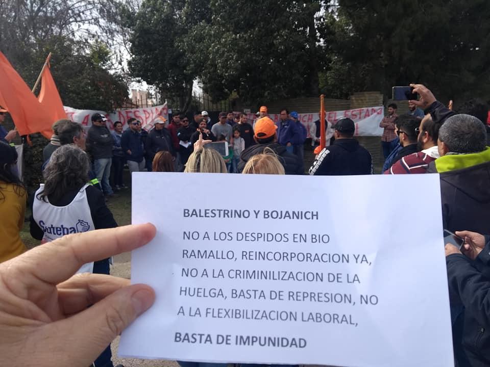 Los despedidos de Bio Ramallo marcharon por la ciudad de Villa Ramallo, en compañía de sindicatos, organizaciones sociales y políticas.