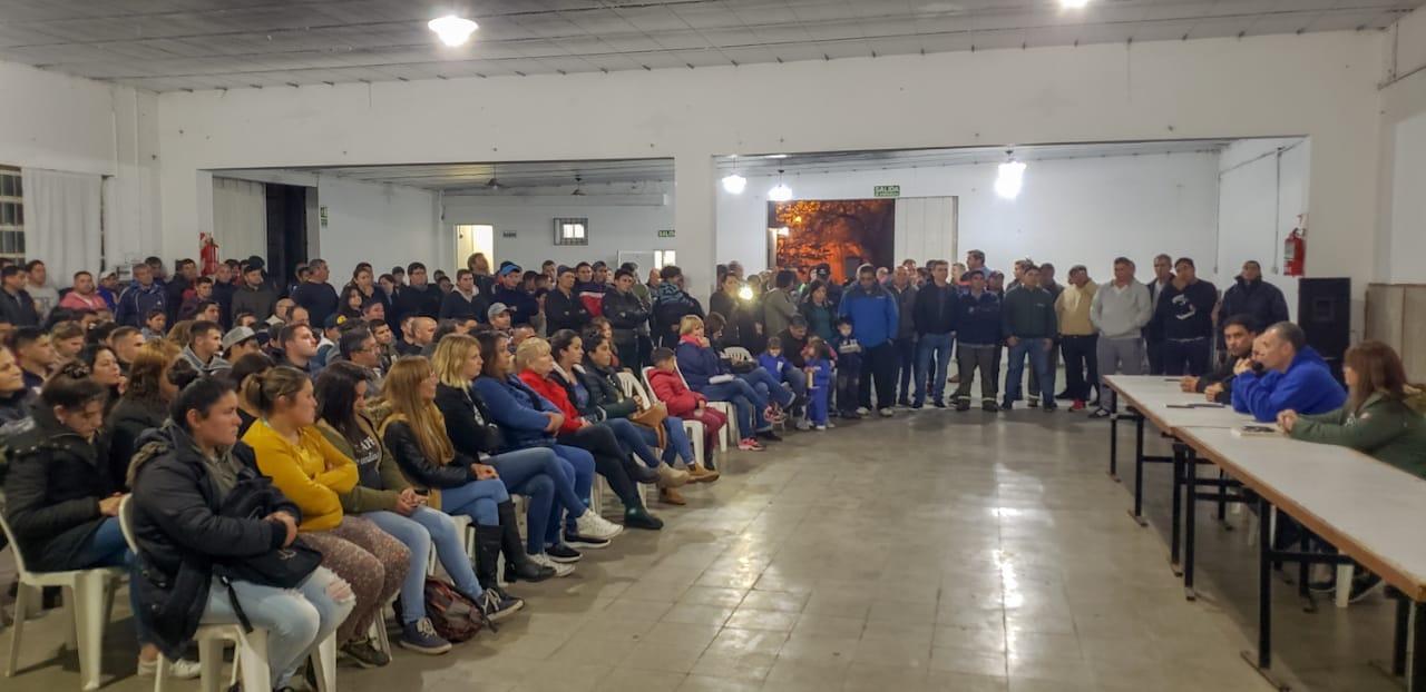 Más de 300 trabajadores municipales se reunieron en una charla abierta con el intendente Mauro Poletti y sus candidatos. El encuentro tuvo lugar este miércoles en la Sociedad Italiana de Ramallo.
