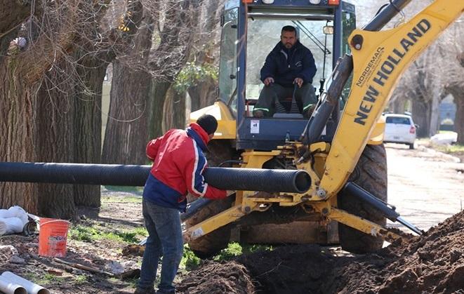 La Municipalidad de Ramallo se encuentra realizando una obra de cordón cuneta para su posterior asfaltado en el barrio Elevadores.