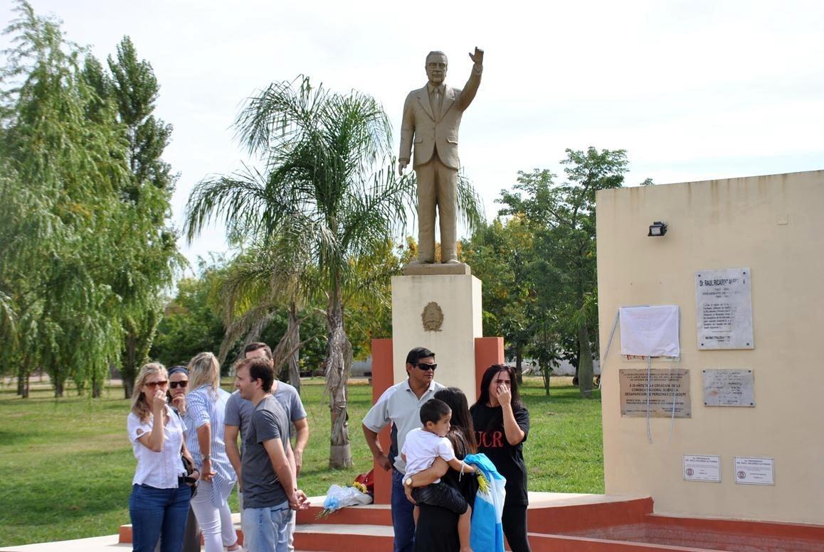 Al cumplirse el décimo aniversario del fallecimiento de Raúl Alfonsín, este domingo 31 de marzo la UCR local realizó un acto en el monumento ubicado en Dr. Bonfiglio y 25 de Mayo de Villa Ramallo.