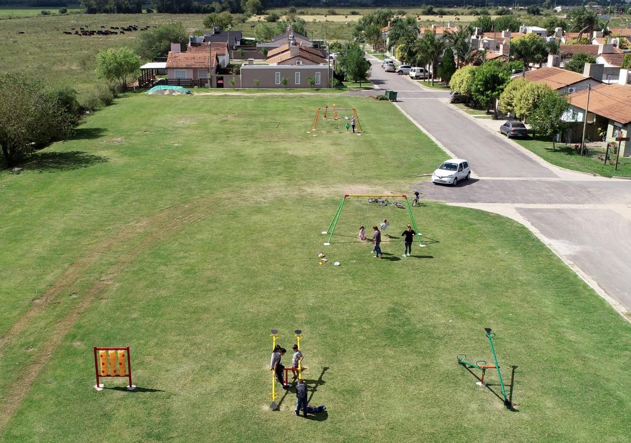 La Municipalidad de Ramallo colocó juegos en un espacio verde del barrio Amuchoca de Villa Ramallo.