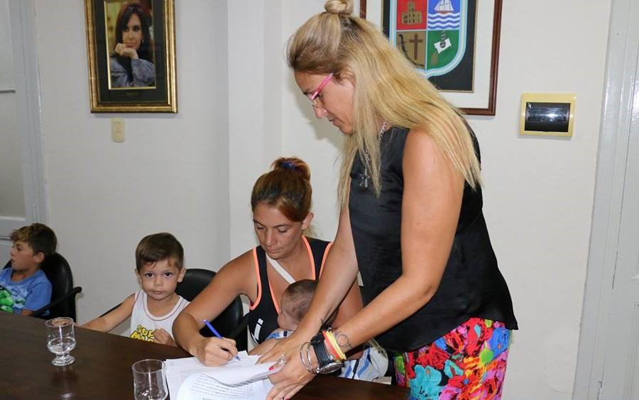 El intendente municipal Mauro Poletti encabezó junto a la subsecretaria de Desarrollo Humano, Sol Aroza, un acto de firma de convenio para la adjudicación de terrenos sociales en los términos que establece la Ordenanza 5618/17. En esta oportunidad fueron beneficiadas ocho familias y los terrenos se encuentran en Barrio Matadero.