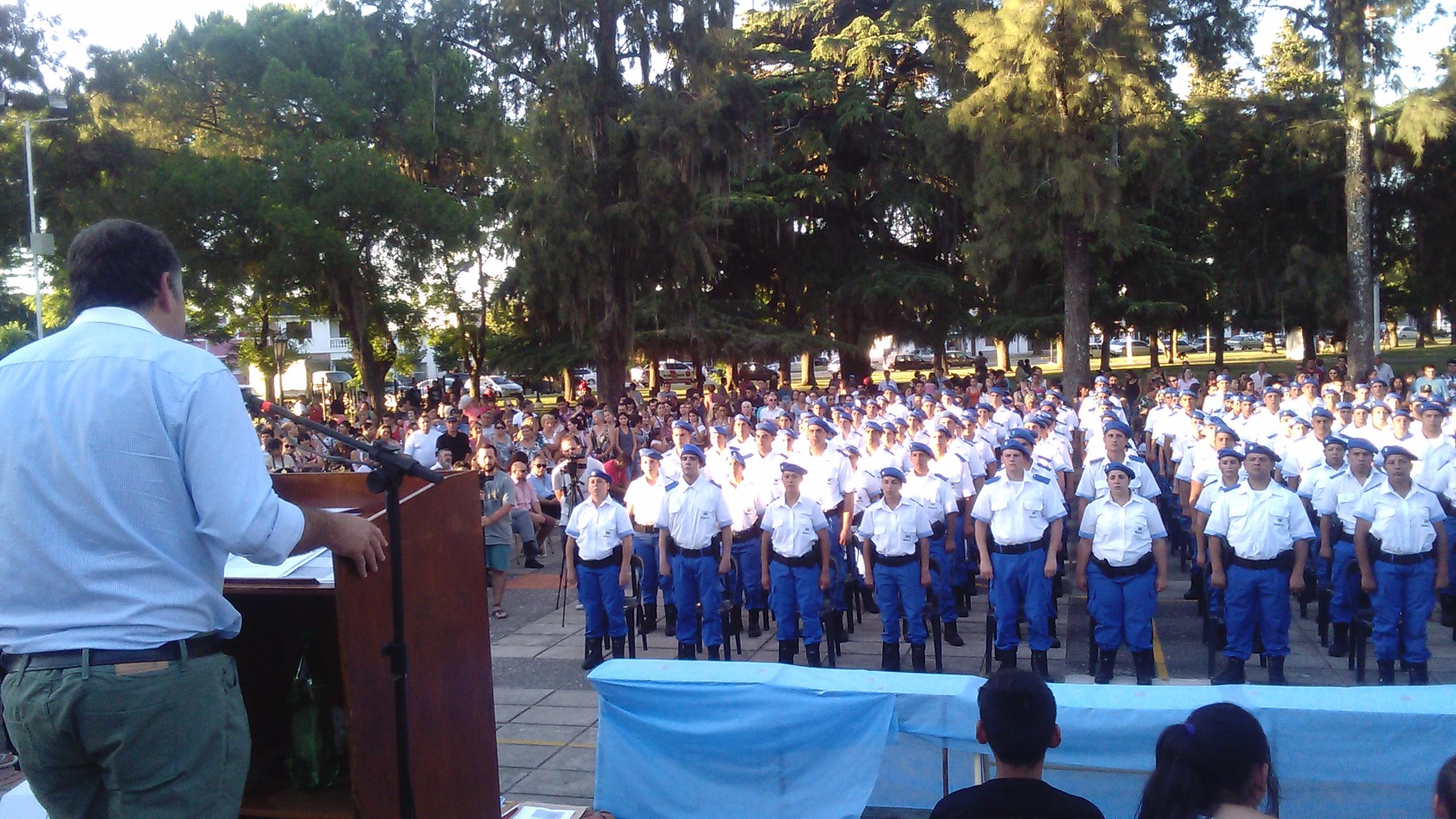 Este miércoles 21 de diciembre se llevó a cabo el acto de egreso de los efectivos de la Policía Local. La ceremonia tuvo lugar a partir de las 18 en la plaza José M. Bustos.