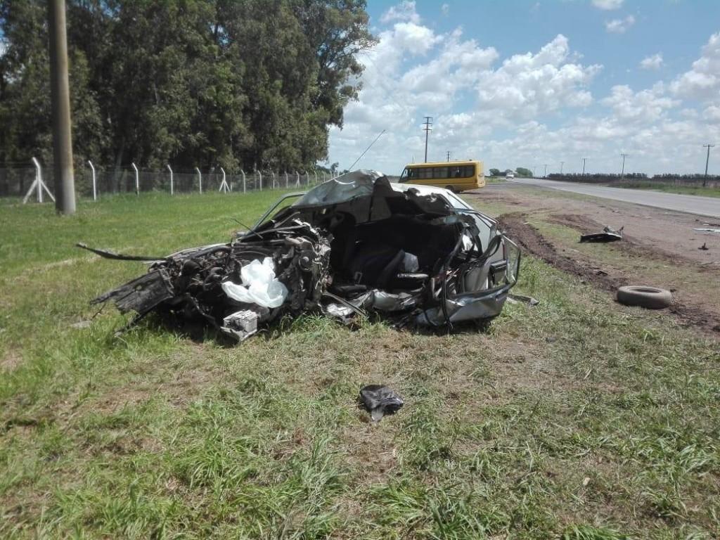 En la madrugada del sábado 13 de octubre, un minibús y un automóvil protagonizaron un fatal accidente en el Camino de la Costa, a la altura de la empresa Bunge, sobre el acceso al basural municipal.