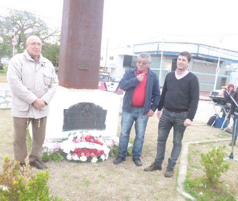 Sentido acto en homenaje al General Manuel Savio. Ofrenda floral depositada en el lingote por Roberto Covini,  Alejandro Agotegara y, y Silvio Gaeto.