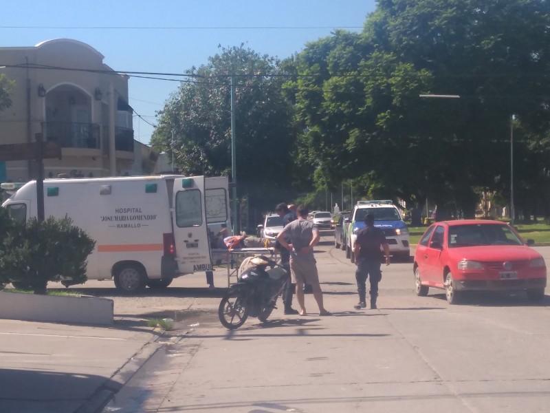 La esquina de San Martín e Yrigoyen de Ramallo sumó otro accidente, confirmando que es una de las intersecciones más peligrosas de la ciudad. En esta oportunidad, un Volkswagen Gol rojo chocó con una moto, cuyo conductor resultó herido.