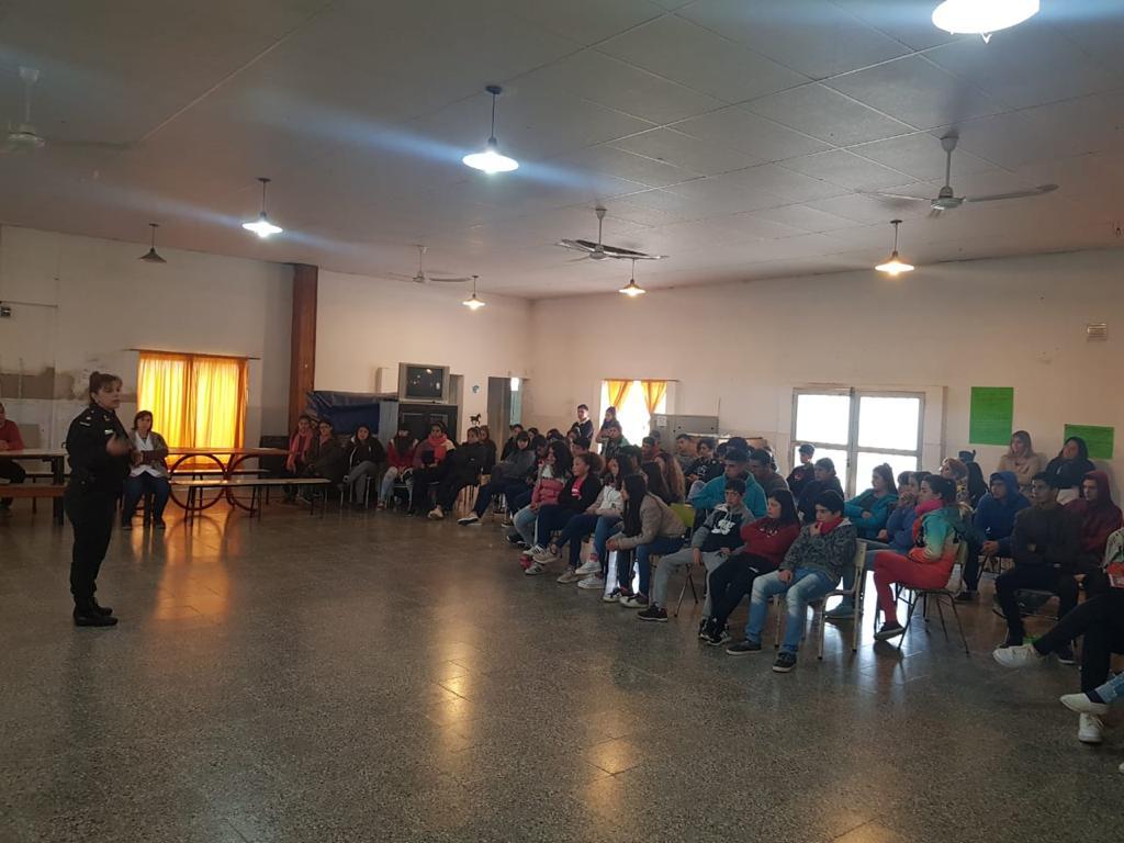 La Comisaría de la Mujer y la Familia Ramallo junto al Equipo Interdisciplinario de la Secretaría de Seguridad de la Municipalidad de Ramallo y Centro de Monitoreo, desarrollaron una charla informativa en la Escuela de Educación Secundaria Nº 7 de la localidad de El Paraíso.