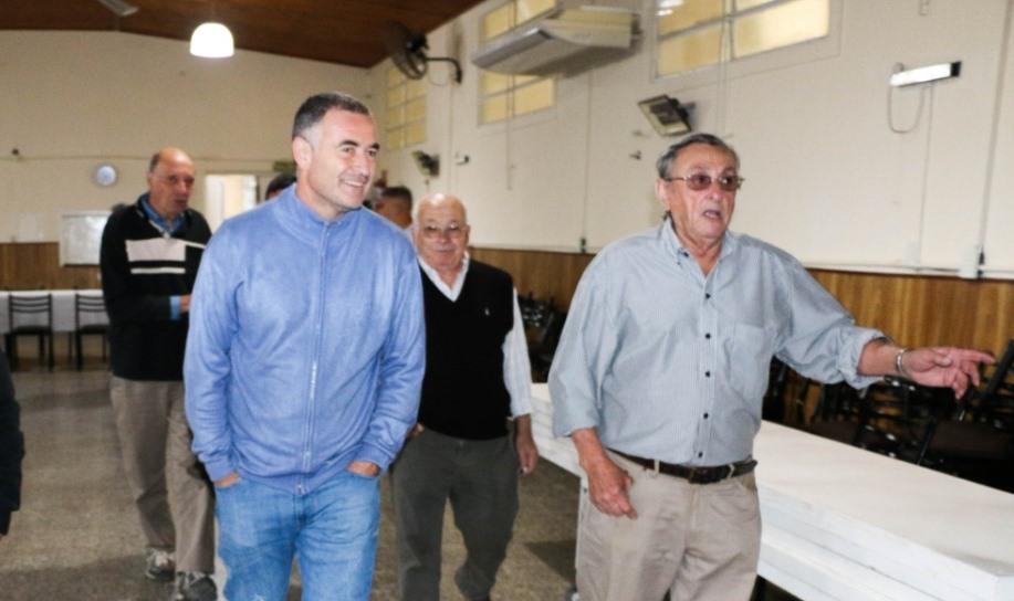 Los abuelos del Centro de Jubilados de la ciudad de Villa Ramallo recibieron al intendente Mauro Poletti con mates y facturas.