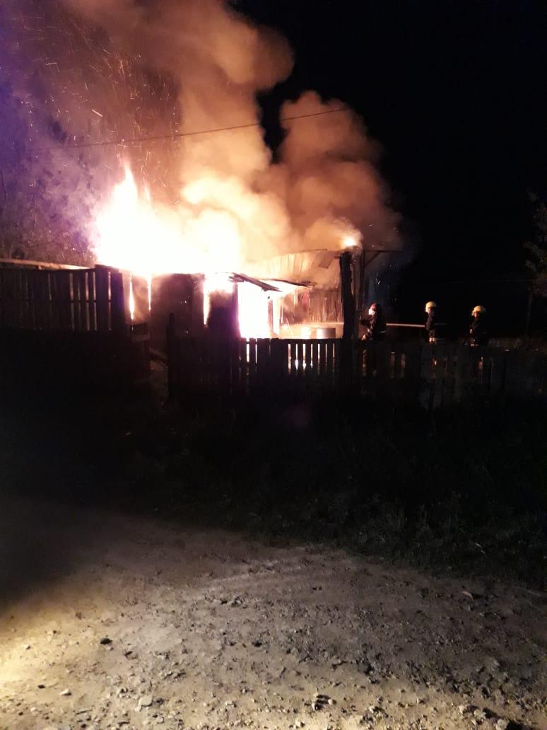 Este martes se produjo un incendio en una vivienda de la localidad de Villa General Savio, donde debieron actuar tres dotaciones de Bomberos para combatir las llamas. Afortunadamente no hubo que lamentar heridos, pero si pérdidas materiales totales.