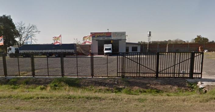 El pasado viernes 28 de diciembre, tres sujetos movilizados en un automóvil Peugeot color negro ingresaron con fines de robo  a distribuidora  de alimentos balanceados ubicada  sobre colectora  de la Ruta 9 kilómetro 204.