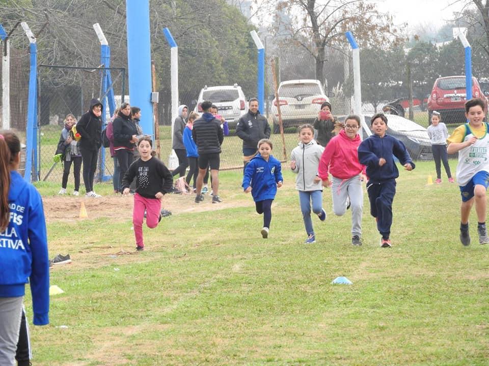 """Este fin de semana se realizó un Torneo de Atletismo en el Polideportivo Municipal """"Simón Apiza"""" de Ramallo."""