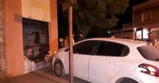 Choque terminó con un auto incrustado en una casa
