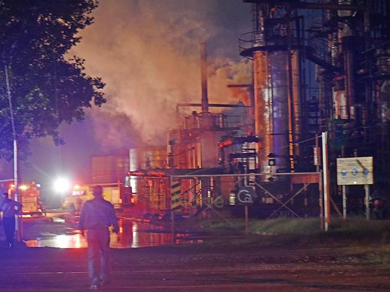 Este fin de semana se registró un incendio en la empresa Carboquímica del Paraná, en el sector de tanques de alquitrán. Bomberos Voluntarios de Villa Ramallo acudieron al alerta, necesitando el apoyo de dotaciones de Bomberos de San Nicolás y Villa Constitución.