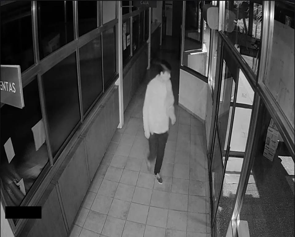 En el horario de ingreso del personal municipal se encontraron con que una ventana del edificio había sido violentada y encontraron destrozos en algunas oficinas.