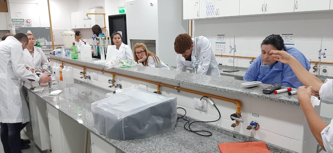 Los alumnos de la carrera de Tecnicatura en Gestión Ambiental visitaron la sede de la Universidad de Hurlingham  y fueron recibidos por la profesora Marina Insani, con quien desarrollaron la materia Técnicas Analíticas e Instrumentales.