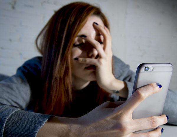Una mujer denunció que recibió una videollamada en su celular de un número con característica de Ramallo. Al responder, se llevó la desagradable sorpresa de que se trataba de un hombre que estaba desnudo y se masturbaba frente a la cámara del teléfono.