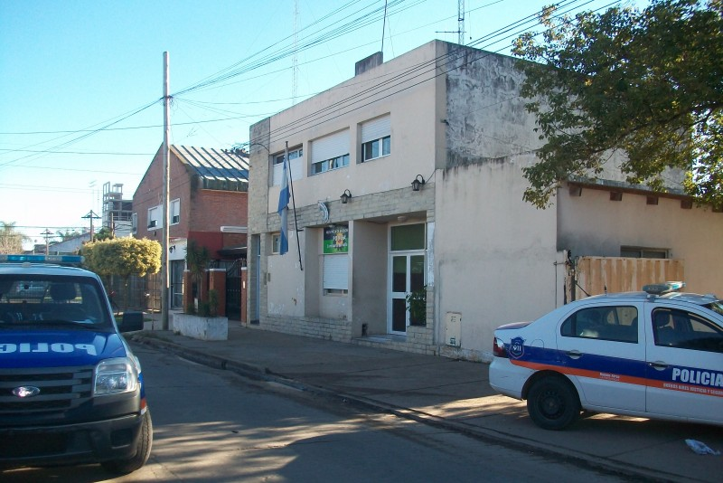 Este jueves 4 de julio se montó un operativo coordinado de varias fuerzas en el cual fue detenido un hombre imputado en el asesinato del profesor Miguel Russo. Fue tras un allanamiento en Villa Ramallo, el cual arrojó resultados positivos.