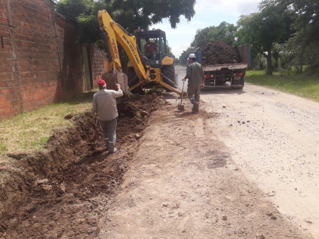 Según informaron desde la Secretaría de Obras y Servicios Públicos de la Municipalidad de Ramallo, continúan las obras de asentamiento de suelo y cordón cuneta en Barrio Valle de Oro.