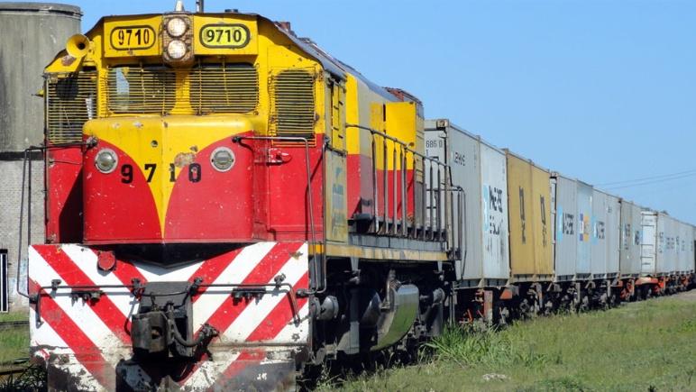 Por razones que aún se desconocen, un tren de carga descarriló a la altura del Camino de la Costa y el Monolito Cabalén. Por este motivo, la ruta se encuentra bloqueada.