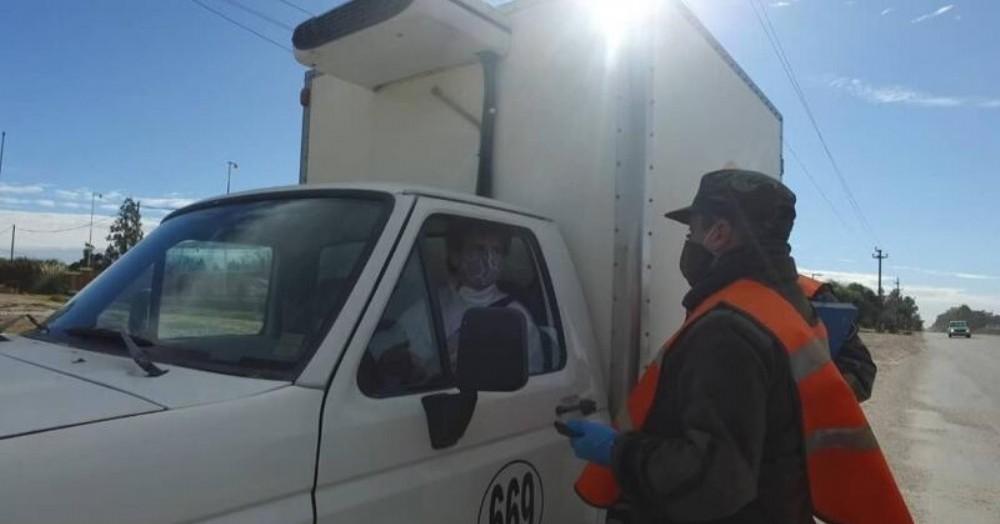 En cada uno de los accesos a la ciudad, las patrullas detienen a los vehículos y le piden los papeles correspondientes.
