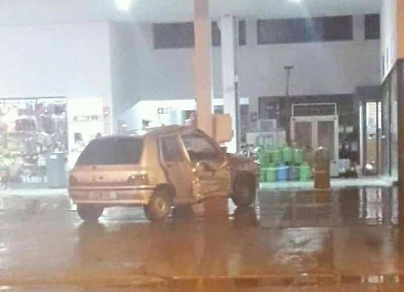 Uno de los autos terminó dentro de la estación de servicio.