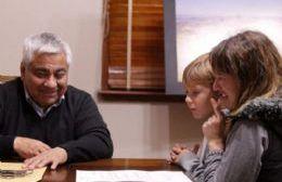 Cecilio Salazar entregó el reconocimiento a Eleonora Detto en su despacho.