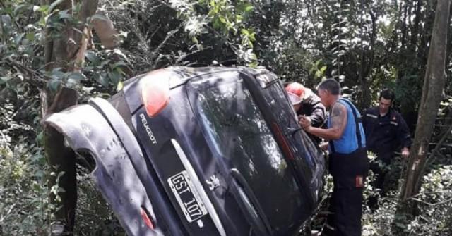 Auto perdió el control y chocó contra un árbol