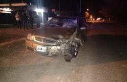 Violento accidente entre auto y moto: un herido de gravedad