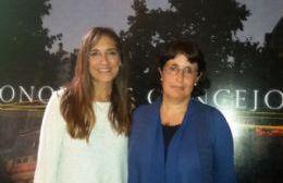 Marita Conti, titular de la Comisión de Salud local, junto a la investigadora Julie Brouder.