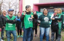 Adrián Lescano, secretario general de ATE Ramallo, junto a los trabajadores.