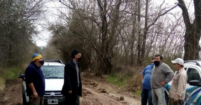 Junto al delegado municipal, Gustavo Perié recorrió los caminos reparados recientemente.