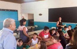 Cecilio Salazar en diálogo con docentes y niños.