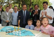 El gobernador Daniel Scioli, durante una celebraci�n del aniversario de Suipacha hace unos d�as, junto a dirigentes de La C�mpora
